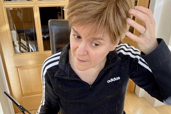 Bộ trưởng Scotland tự cắt, nhuộm tóc ở nhà giữa đại dịch Covid-19
