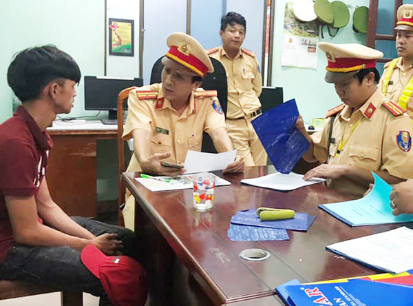 Đối tượng 'làm xiếc' trên đường phố Đà Nẵng bị phát hiện nhiều lỗi vi phạm