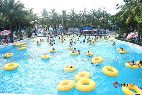 Người Hà Nội háo hức đổ về công viên nước hồ Tây ngày đầu hè