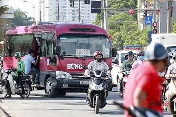"""Hà Nội: Xe khách """"rùa bò"""" đón khách dọc đường, CSGT ở đâu?"""