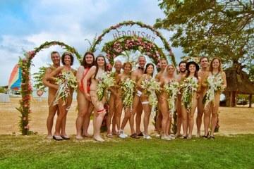Cô dâu, chú rể và 40 khách mời tổ chức đám cưới... khỏa thân