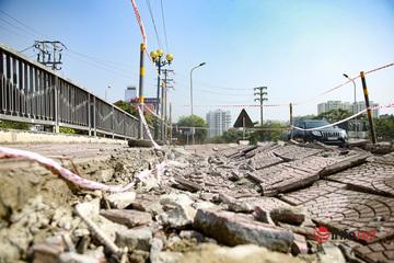 """Hà Nội: Đường cầu Tứ Hiệp sụt lún biến thành """"bẫy khổng lồ"""" trên đường"""
