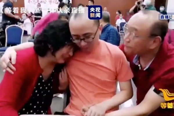 Cuộc đoàn tụ đẫm nước mắt sau 32 năm con trai bị bắt cóc