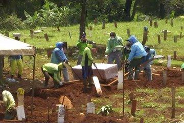 Nhân viên nghĩa trang chạy đua 10 phút chôn nạn nhân Covid-19 để tránh lây bệnh