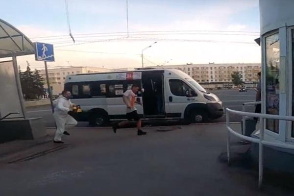 Nga: Cầm cưa máy đuổi theo người không đeo khẩu trang