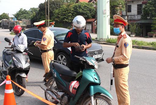 CSGT phạt người dùng giấy đăng ký xe phô tô do giấy tờ cầm cố có đúng luật?