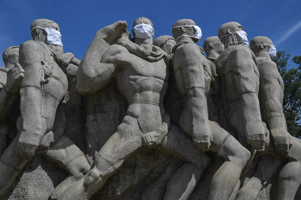 Nữ thần Tự do và các bức tượng nổi tiếng cũng phải... đeo khẩu trang