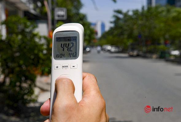 Hà Nội: Nắng nóng đỉnh điểm, mặt đường 'bốc hơi' vì mức nhiệt hơn 44 độ C