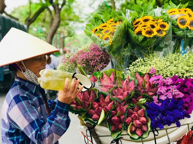 Bỏ tiền thật nhưng mua phải hoa sen giả, khách hàng tự rước cục tức vào mình