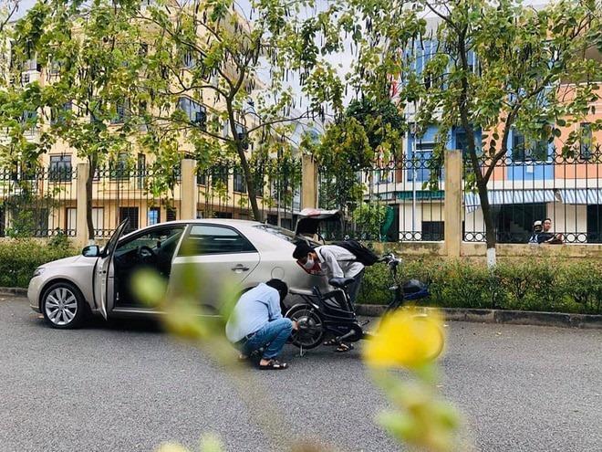 Thầy giáo dạy Lý dừng ô tô để bơm xe giúp học sinh giữa trưa nắng nóng