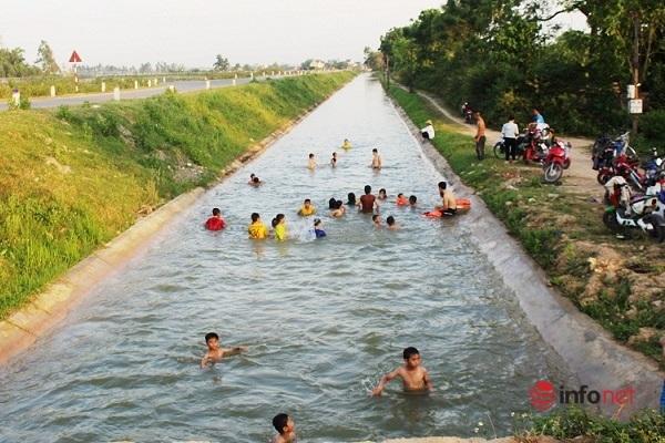 Nắng như đổ lửa, gió Lào, người dân miền Trung ùn ùn kéo ra sông, kênh mương tắm mát