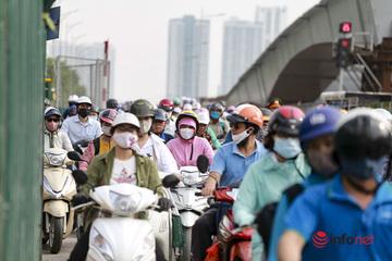 """Hà Nội: Giao thông """"nghẹt thở"""" tại nút giao Hoàng Quốc Việt - Nguyễn Văn Huyên"""