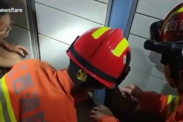 Giải cứu cậu bé 1 tuổi bị khóa trong hộc tủ khi chơi với chị gái