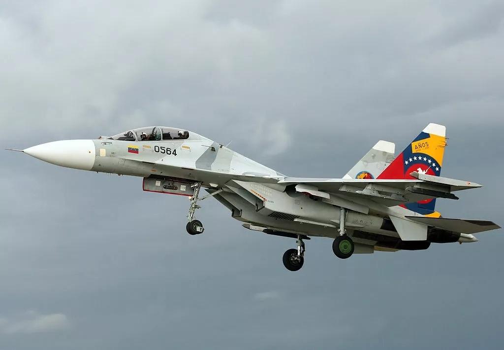Video tiêm kích Su-30 và F-16 Venezuela hộ tống tàu chở dầu Iran