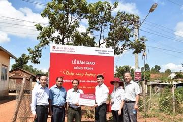 """Agribank chi nhánh Lâm Đồng II bàn giao công trình điện """"thắp sáng đường quê"""""""