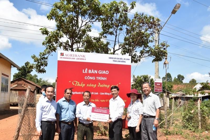 Agribank chi nhánh Lâm Đồng II bàn giao công trình điện 'thắp sáng đường quê'