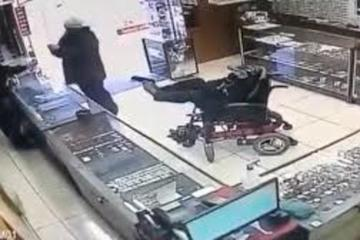 Vụ cướp 'như đùa', thủ phạm ngồi xe lăn, dùng chân giữ súng