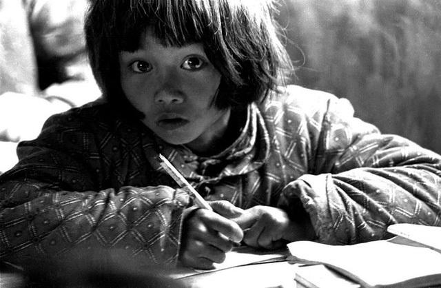 Bức ảnh định mệnh thay đổi cuộc đời cô bé nghèo có đôi mắt lay động trái tim