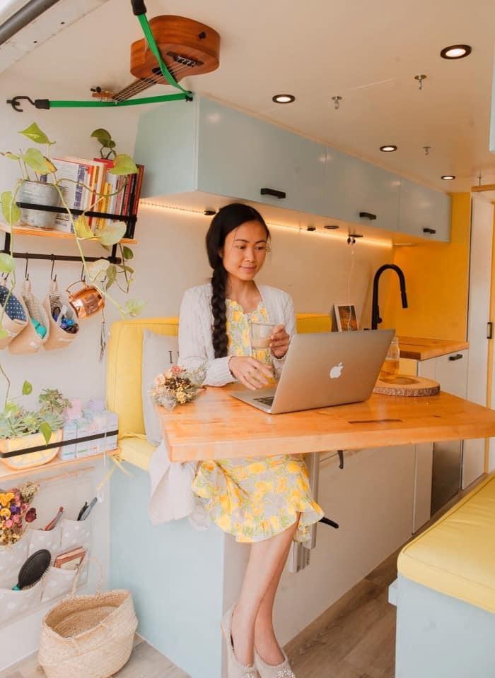 Cặp vợ chồng người Việt chi tiền làm ngôi nhà di động 'xịn xò' để du ngoạn khắp nơi