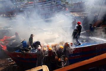 Đà Nẵng: Tàu cá bất ngờ bốc cháy khi đang vào xưởng sửa chữa
