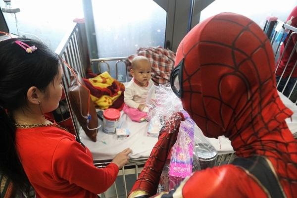 Các 'siêu anh hùng' đổ bộ Viện Nhi TƯ tặng quà nhân ngày Quốc tế thiếu nhi