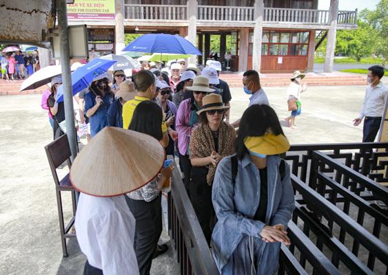 Bất chấp nắng nóng, hàng nghìn du khách đến Bái Đính, Tràng An 'giải nhiệt' cuối tuần