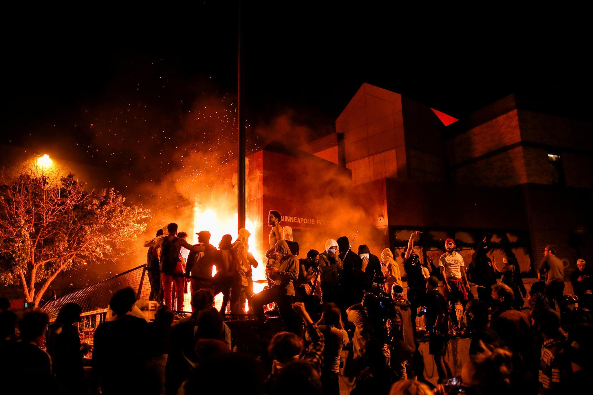Bạo động lan khắp nước Mỹ, ông Trump được đưa xuống hầm trú ẩn