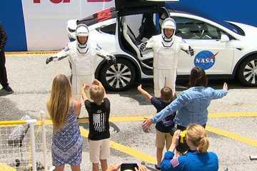 Bức ảnh cảm động: Phi hành gia NASA tạm biệt gia đình trước khi lên trạm ISS