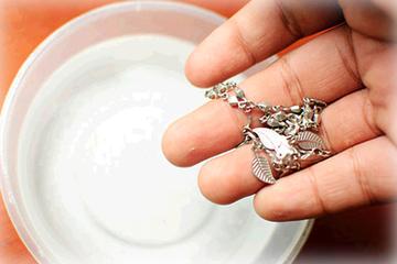 Làm sạch nữ trang bạc và đồng