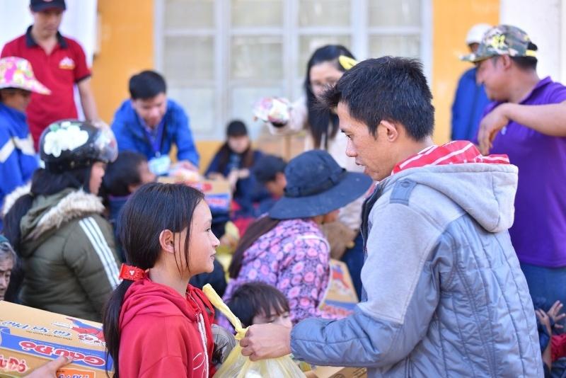 Kỳ lạ chàng trai đi bộ xuyên Việt để làm từ thiện