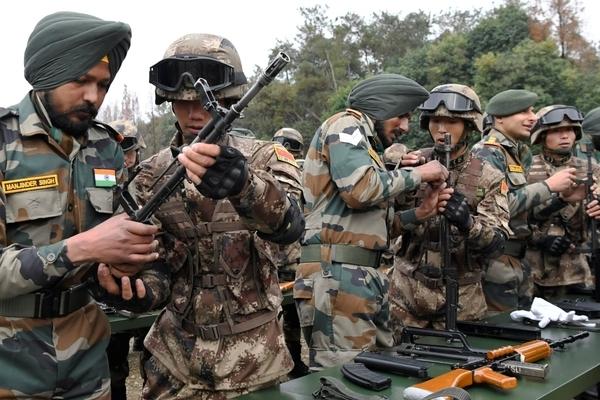 Trung Quốc có ý gì khi điều động vũ khí, binh sĩ tới biên giới với Ấn Độ?