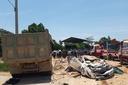 Ô tô con bẹp dúm sau va chạm với xe tải, 3 người tử vong
