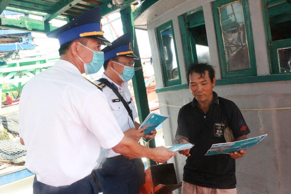 """BTL Vùng Cảnh sát biển 4 tuyên truyền """"Cảnh sát biển đồng hành với ngư dân"""""""