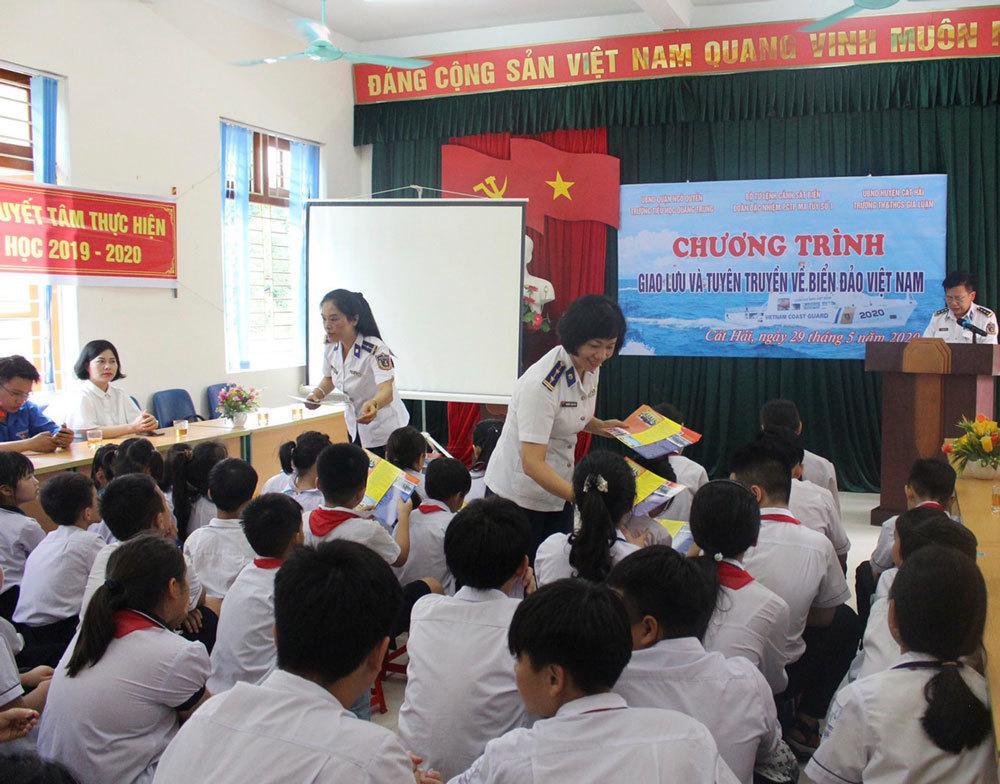 'Luật Cảnh sát biển' tới cán bộ, giáo viên và học sinh huyện đảo Cát Hải