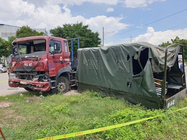 Bình Dương: Xe container va với xe quân sự, 7 người thương vong