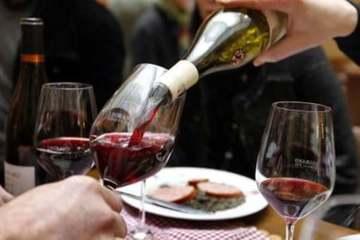 Trăm triệu lít rượu vang Pháp tồn kho vì dịch biến thành nước rửa tay