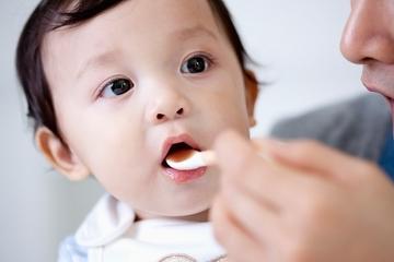 Mẹ chăm mua thực phẩm chức năng, nhỏ vitamin D vô tội vạ khiến con lãnh hậu quả