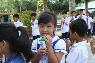 Trẻ em Trà Vinh đón niềm vui uống sữa học đường