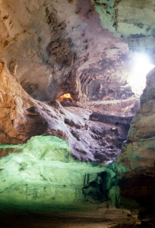 Phát hiện 'hồ bơi' nước xanh như ngọc bên trong hang động kỳ lạ ở Mỹ