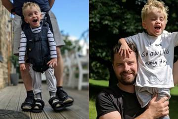 Xúc động khoảnh khắc bước đi đầu tiên của cậu bé 4 tuổi bại não