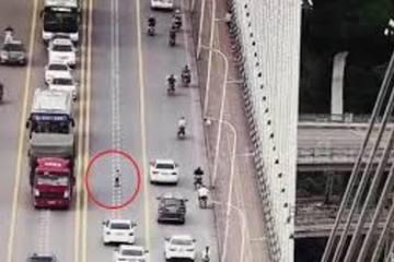 'Thót tim' cậu bé 5 tuổi lái scooter trên cây cầu đông xe qua lại