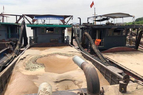 Bắt quả tang 3 tàu khai thác cát trái phép trên sông Hồng trong đêm