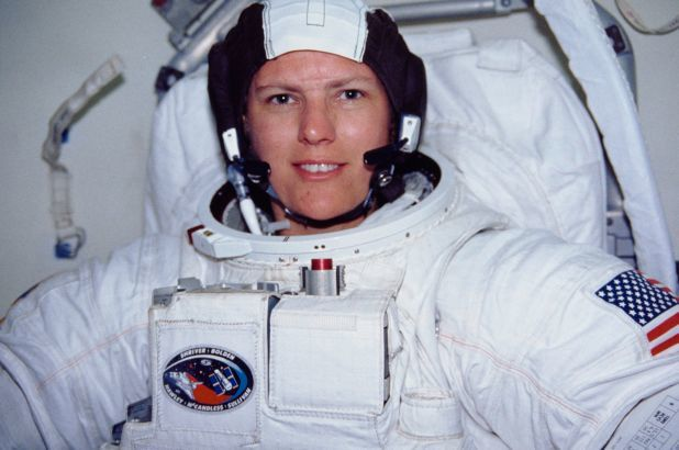 Nữ phi hành gia đầu tiên chinh phục điểm sâu nhất của Trái đất dưới mặt nước biển 11.000 mét