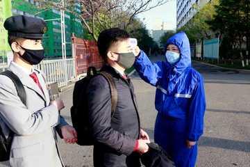 Dân làng Hàn Quốc ngăn chai nhựa đựng gạo, khẩu trang trôi sang Triều Tiên