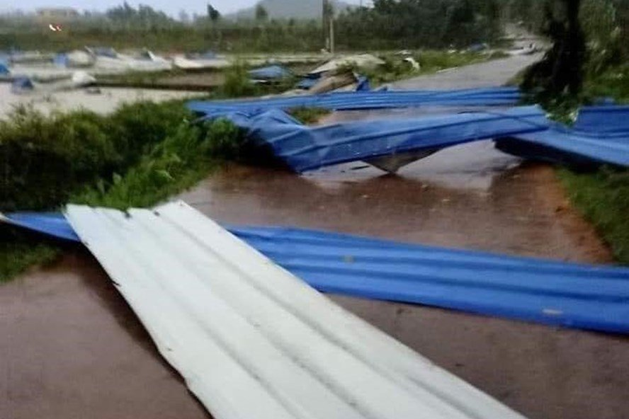 Vĩnh Phúc: Lốc xoáy, sập nhà xưởng công ty gỗ, 3 người chết, 18 người bị thương