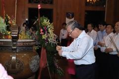 Thường trực Ban Bí thư Trần Quốc Vượng dâng hương tưởng niệm Chủ tịch Hồ Chí Minh