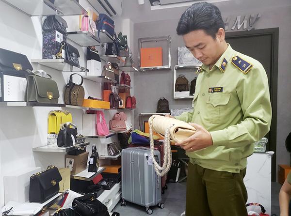 Đà Nẵng: Tạm giữ gần 2.000 sản phẩm thời trang nghi giả mạo Nike, Adidas, Louis Vuitton, Chanel,