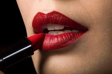 Những tật xấu nhiều người mắc khiến đôi môi ngày càng nứt nẻ, thô ráp