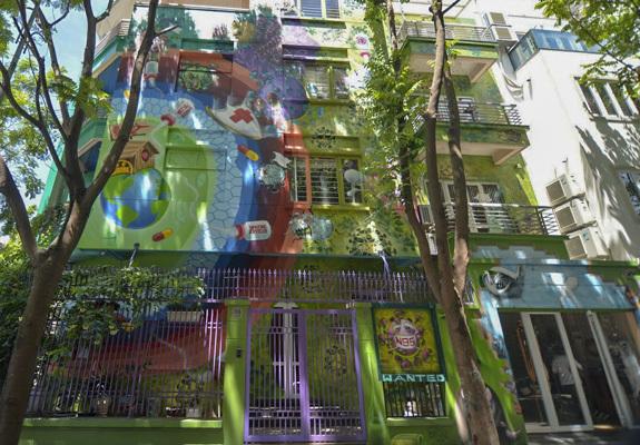 Trèo xe cẩu vẽ biệt thự 300m2 thành bức tranh tường nổi nhất phố