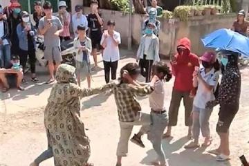 Phẫn nộ nữ sinh Tuyên Quang đánh nhau trước cổng trường, hàng trăm người đứng xem